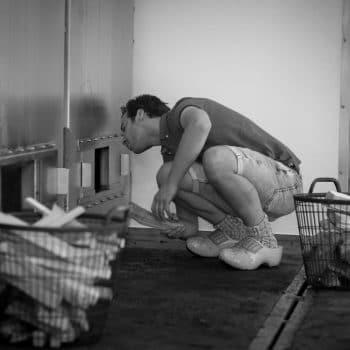 Paul bij rookoven zwart wit